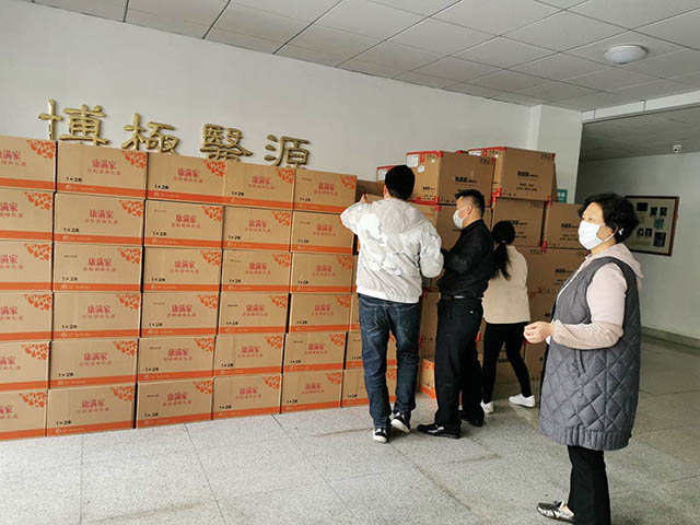 (欣和集团携手烟台红十字会慰问机场防疫一线职工和民警)